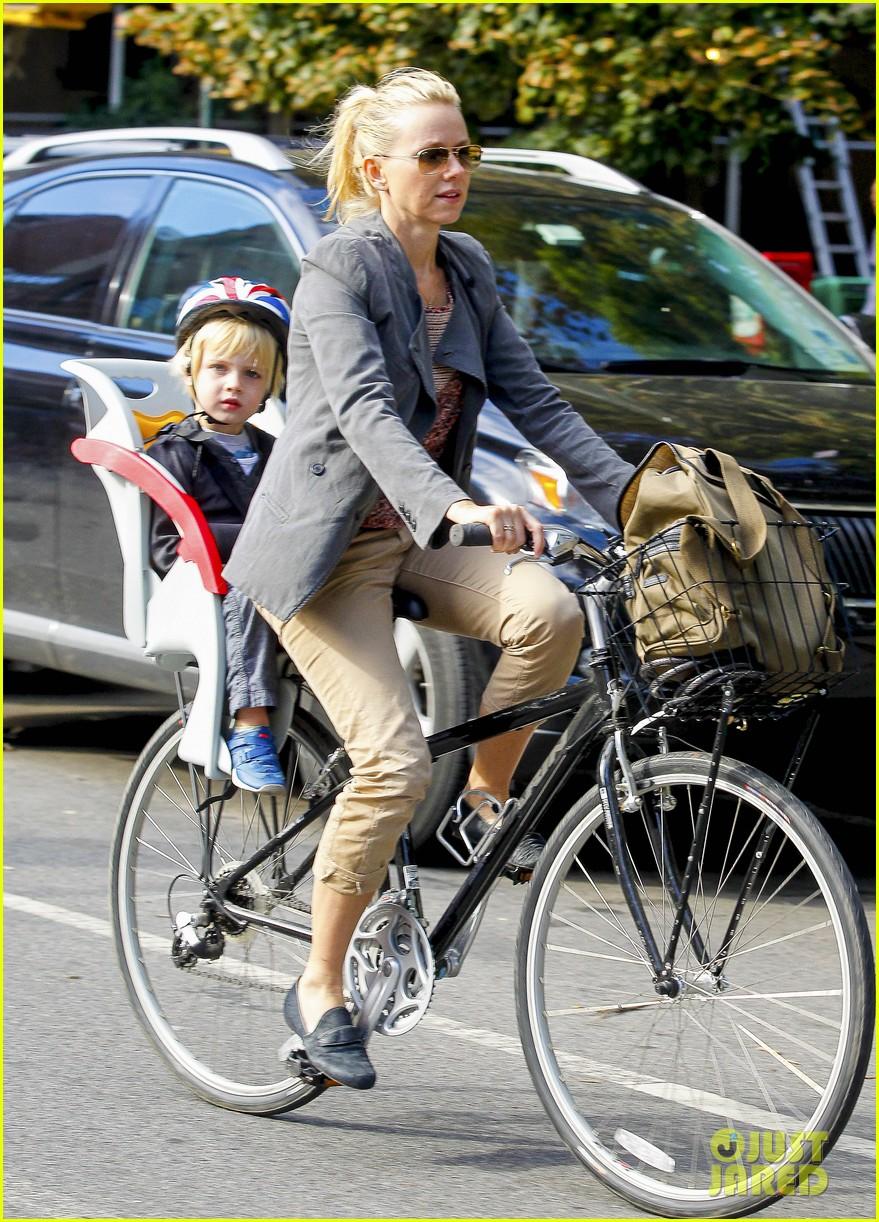 naomi watts liev schreiber biking kids 082725201