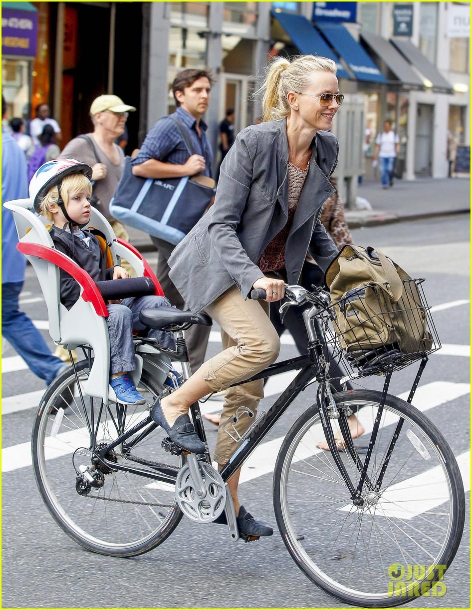naomi watts liev schreiber biking kids 102725203