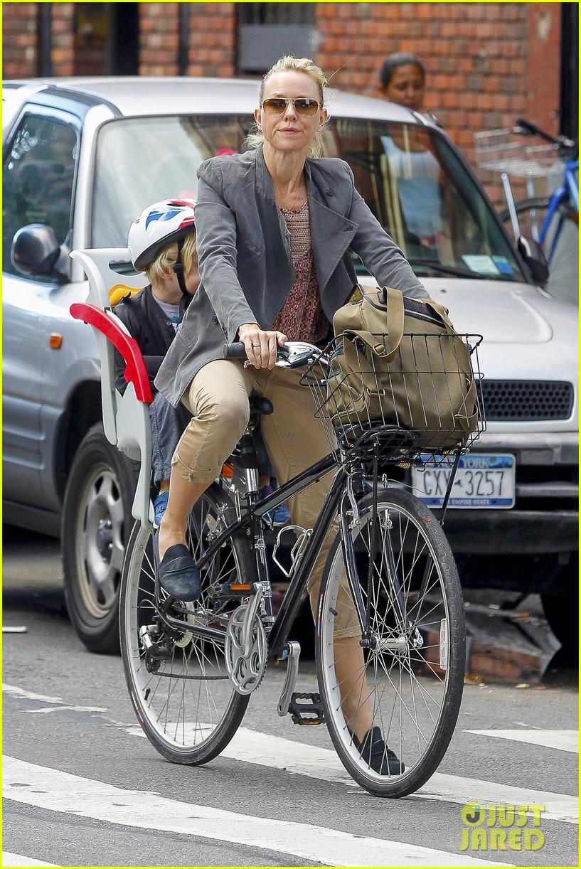 naomi watts liev schreiber biking kids 122725205