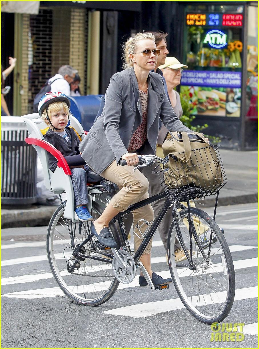 naomi watts liev schreiber biking kids 152725208