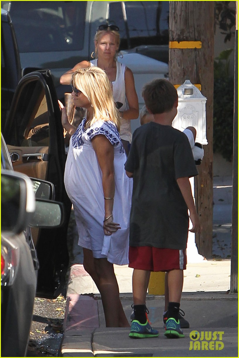 reese witherspoon baby bump at malibu beach house 02