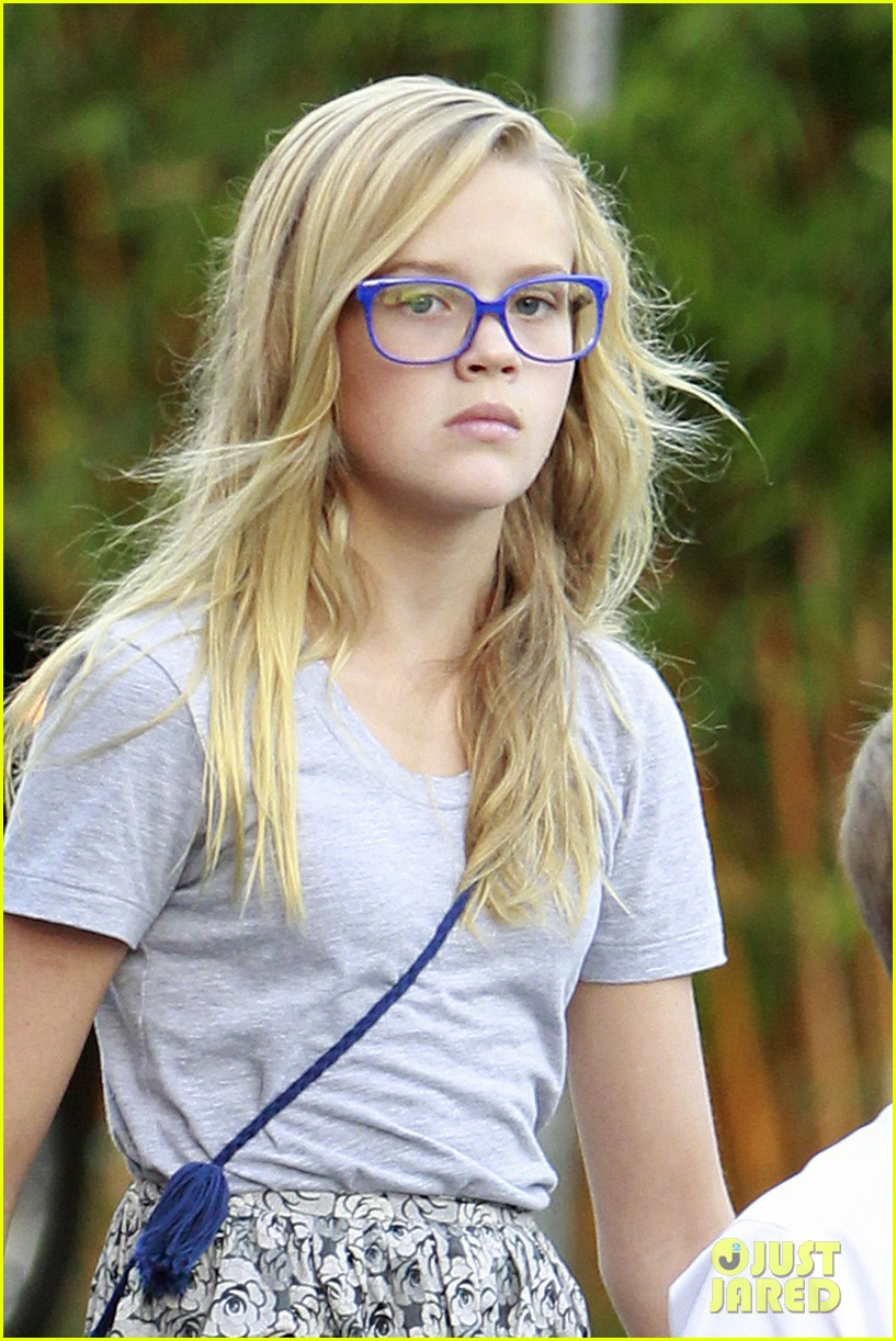 reese witherspoon family dinner 022722930