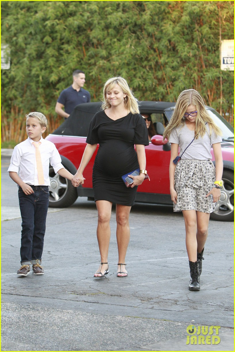 reese witherspoon family dinner 042722932