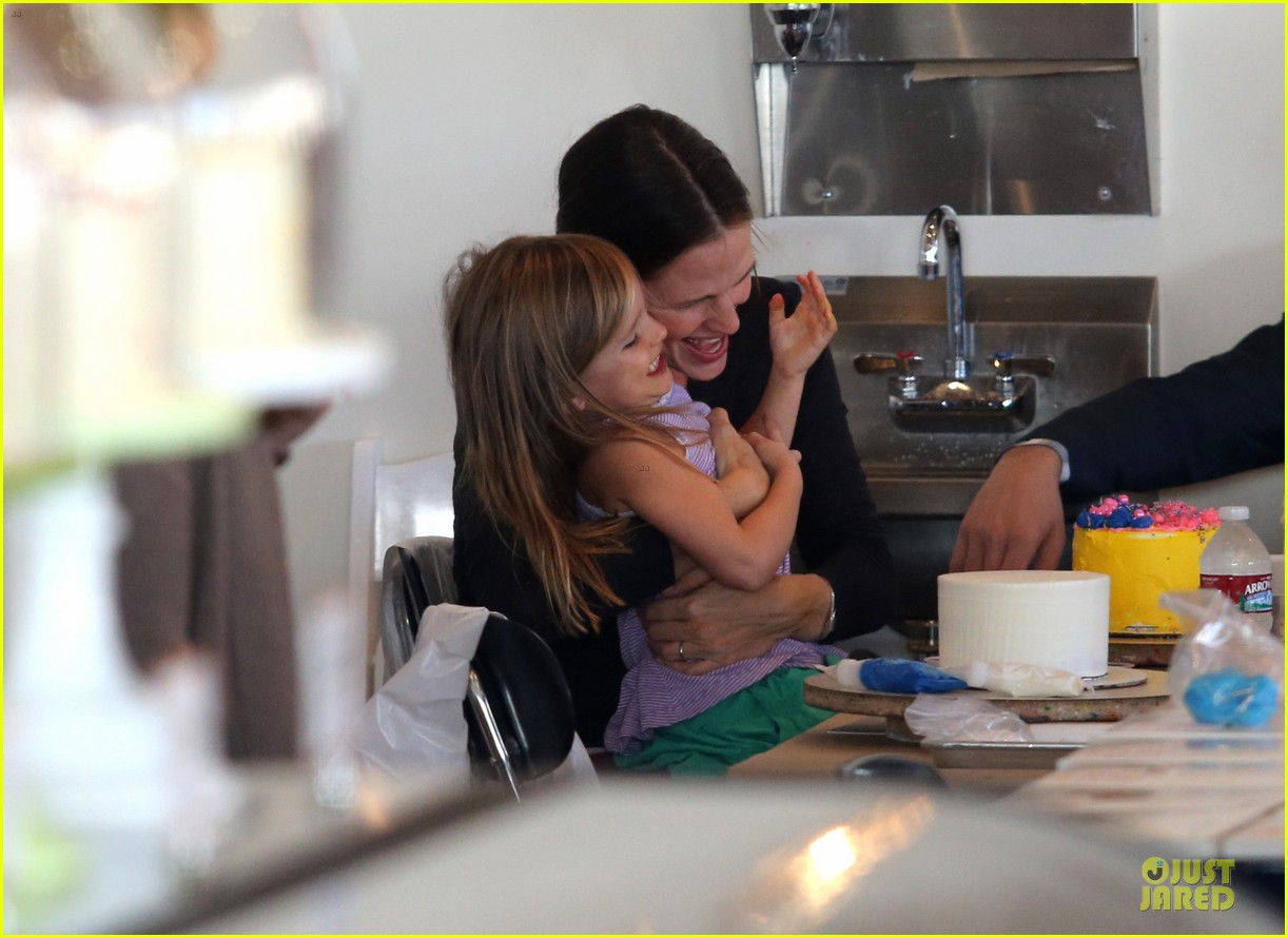 jennifer garner ben affleck make cake with the kids 02