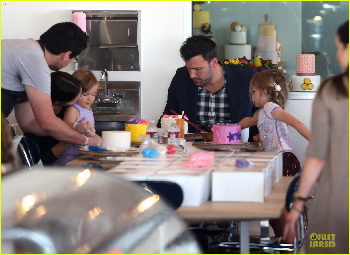 jennifer garner ben affleck make cake with the kids 042747218
