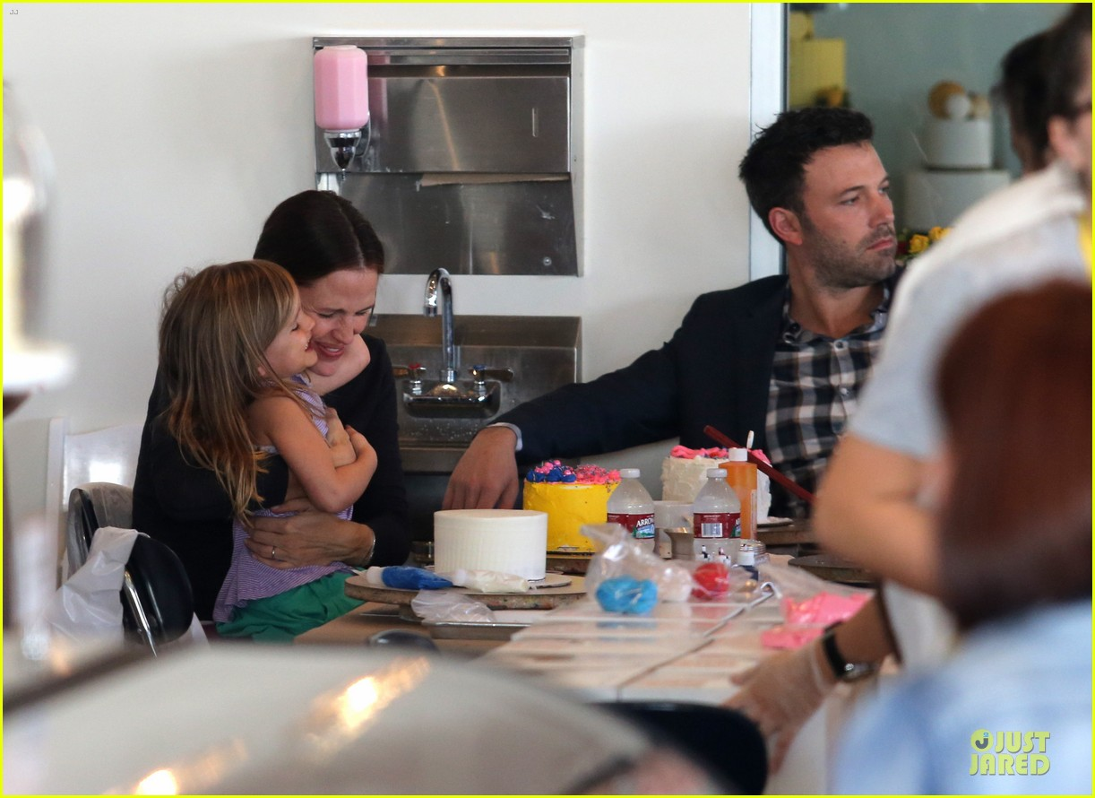 jennifer garner ben affleck make cake with the kids 082747222