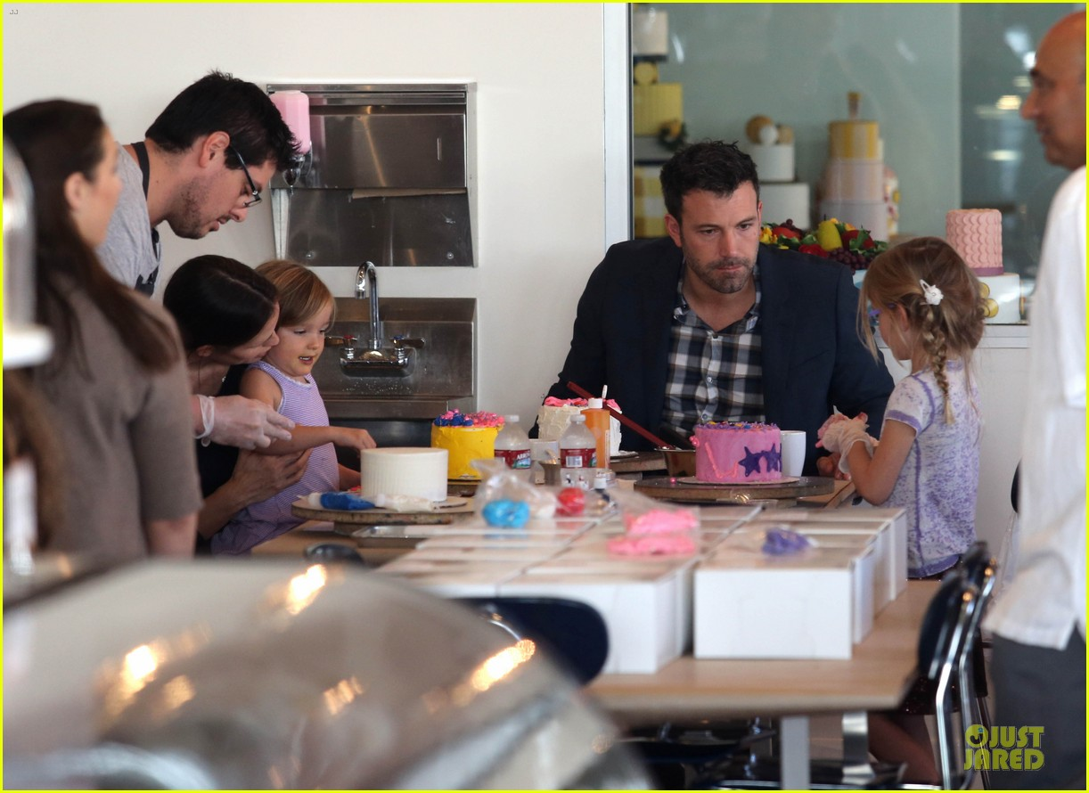 jennifer garner ben affleck make cake with the kids 112747225
