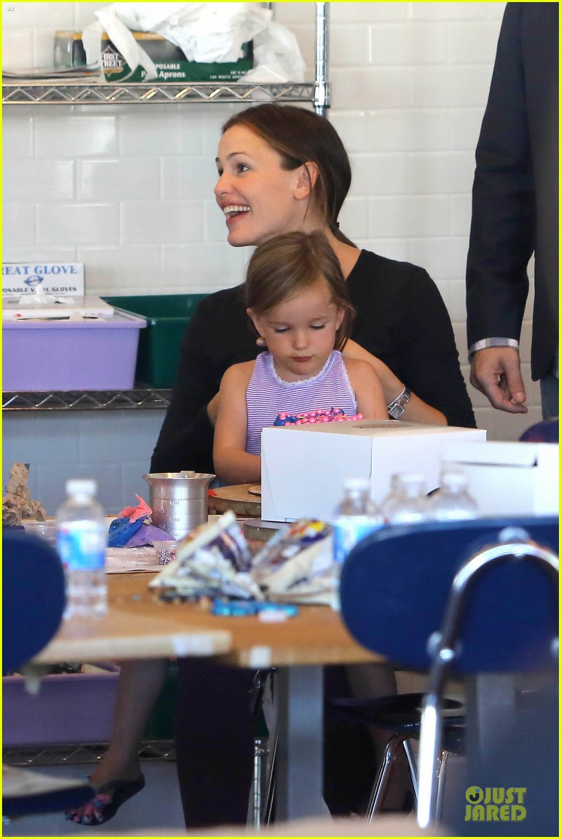 jennifer garner ben affleck make cake with the kids 322747246
