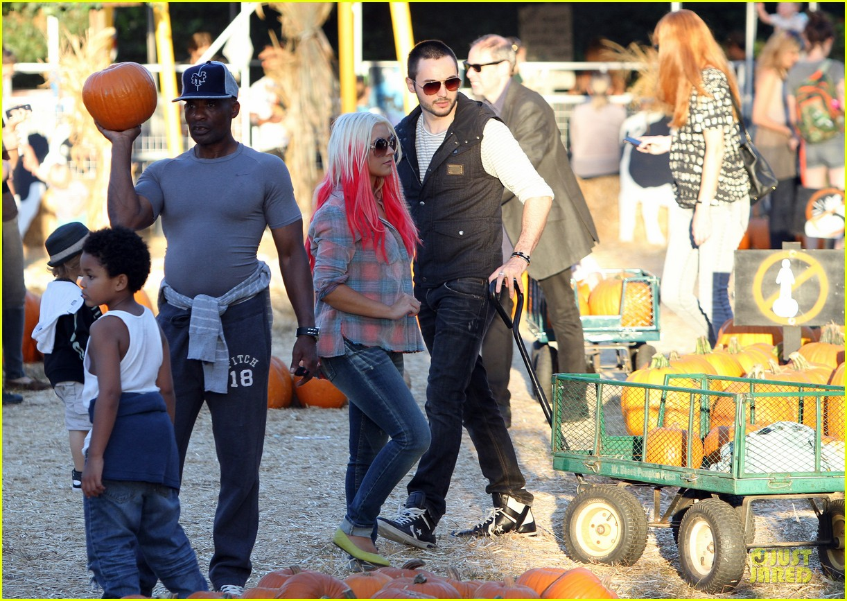 christina aguilera matthew rutler mr bones pumpkin patch with max 012738269