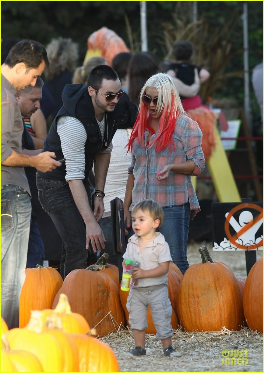 christina aguilera matthew rutler mr bones pumpkin patch with max 032738271