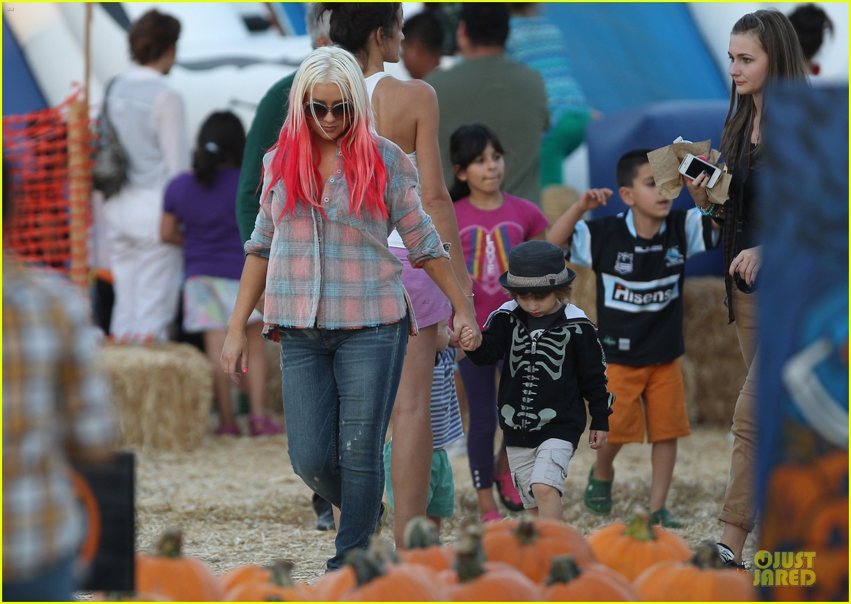christina aguilera matthew rutler mr bones pumpkin patch with max 092738277