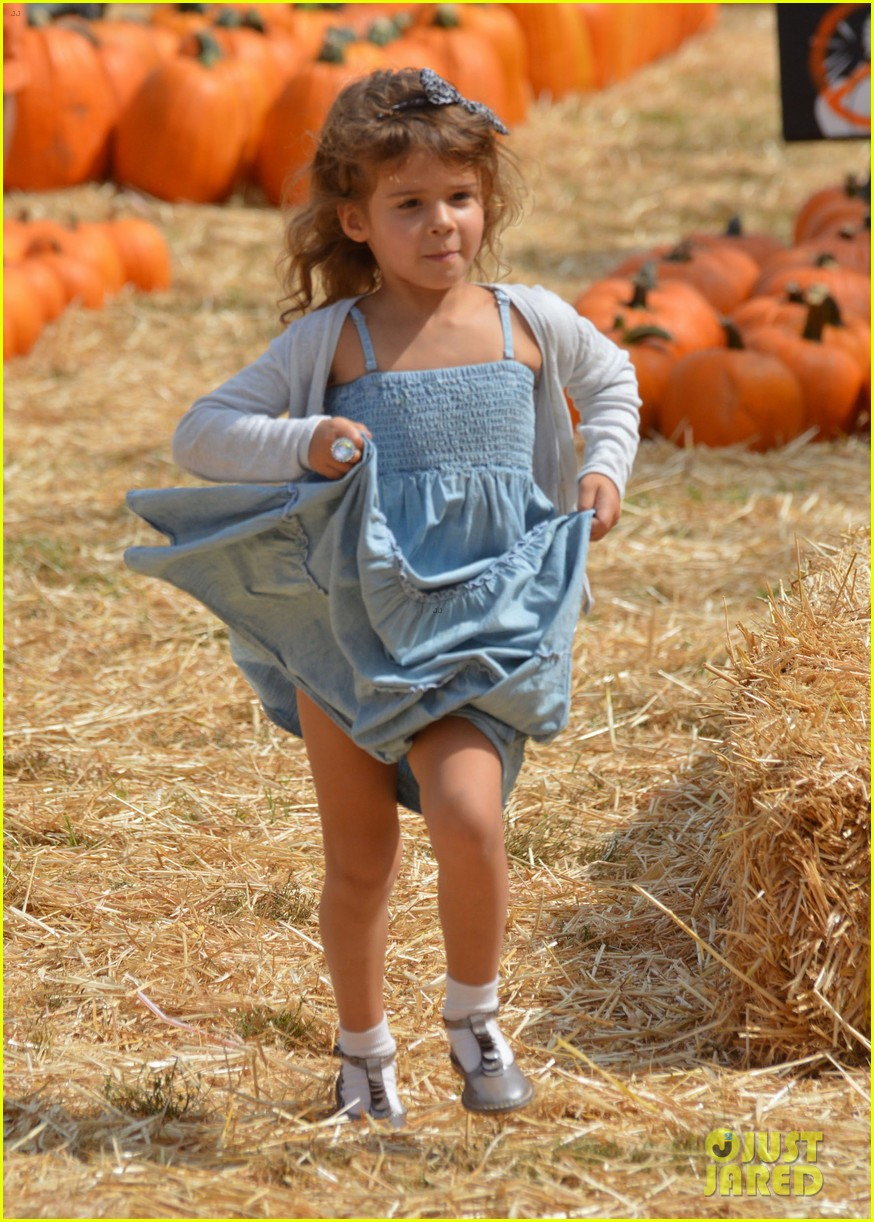 jessica alba cash warren pumpkin patch with the girls 10