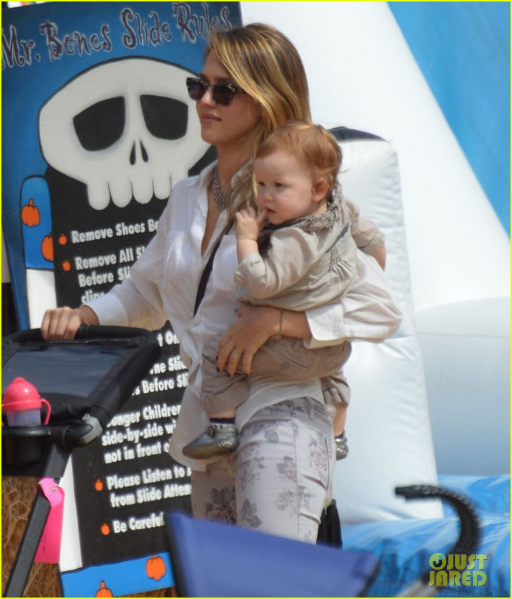 jessica alba cash warren pumpkin patch with the girls 122734276