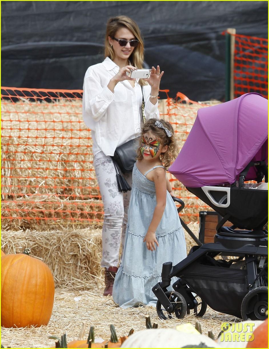 jessica alba cash warren pumpkin patch with the girls 182734282