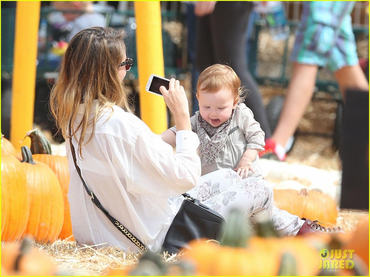 jessica alba cash warren pumpkin patch with the girls 202734284