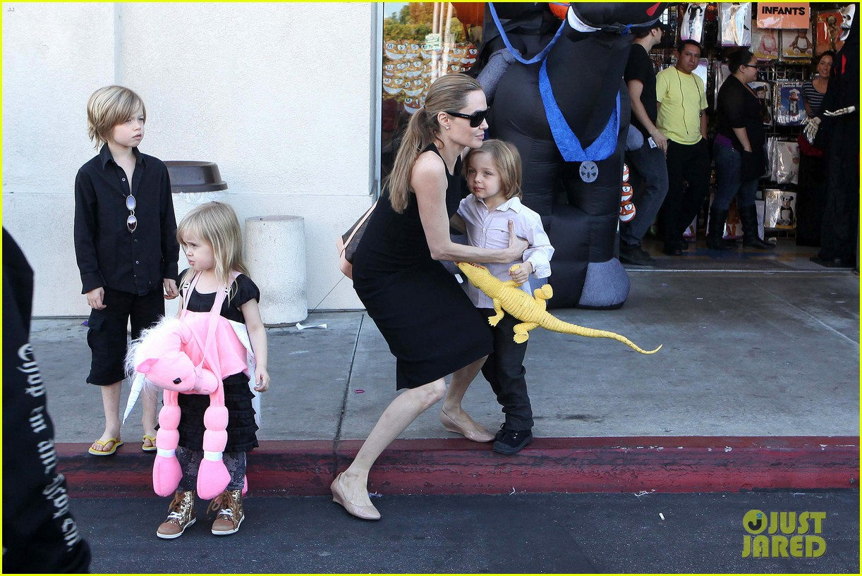 angelina jolie halloween shopping with the kids 26