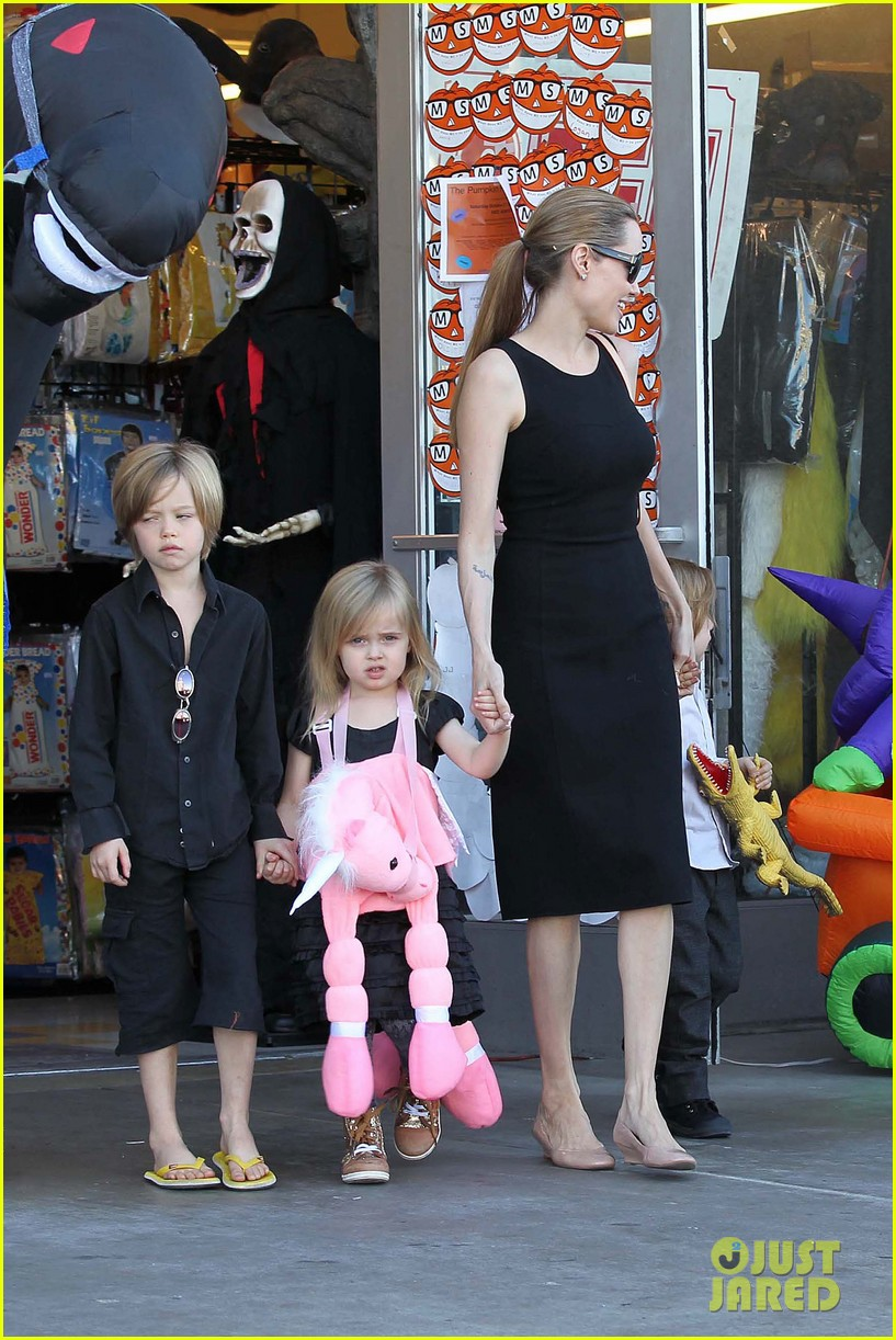 Анджелина Джоли вместе с детьми отправилась по магазинам в честь Хеллоуина