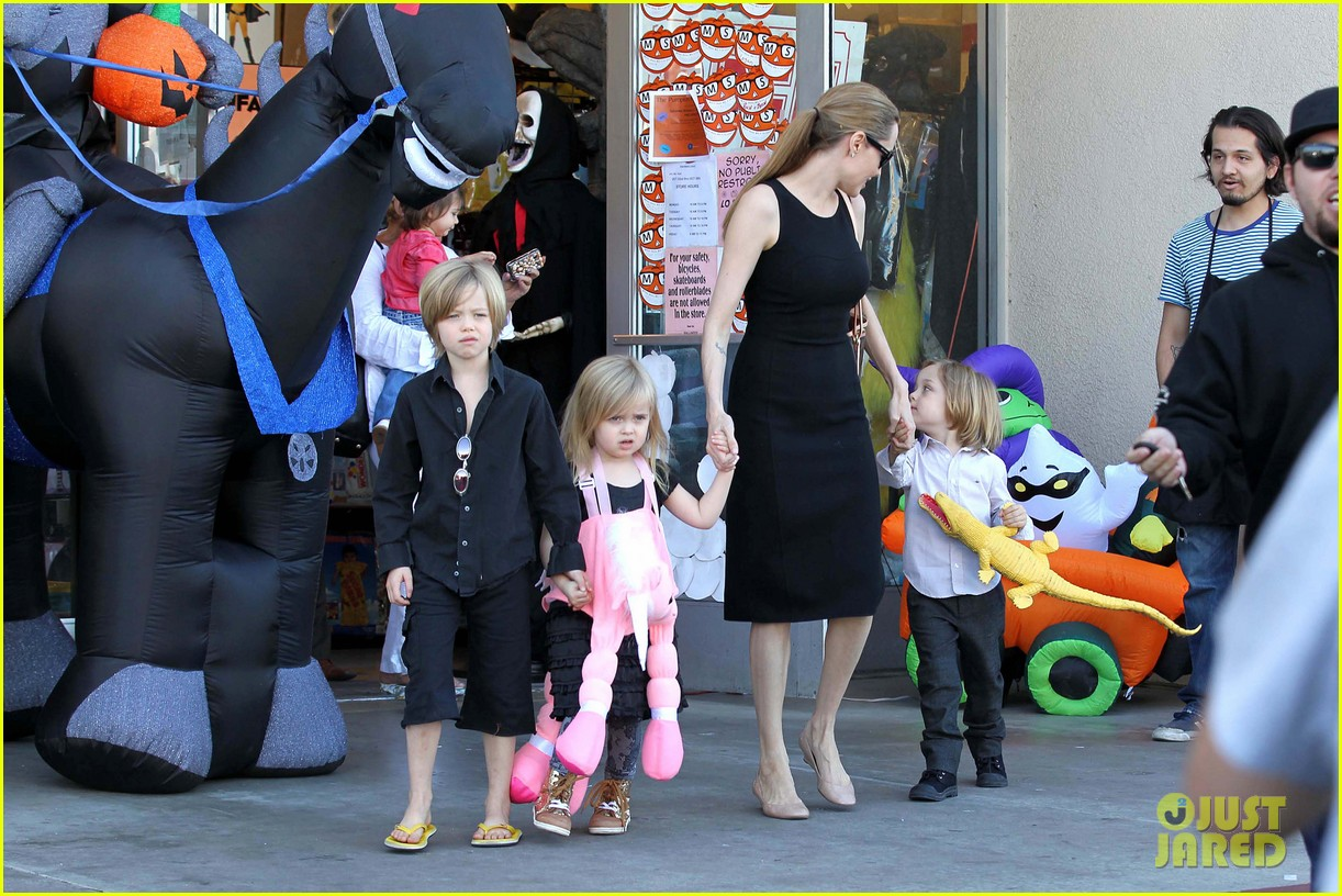 angelina jolie halloween shopping with the kids 31