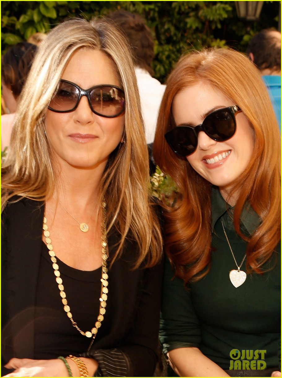 jennifer aniston cfda vogue fashion show with isla fisher 04