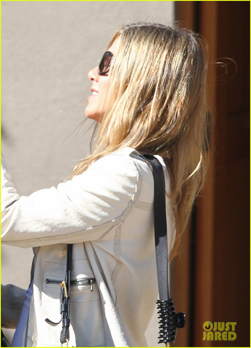jennifer aniston flashes engagement ring with justin theroux 012734918