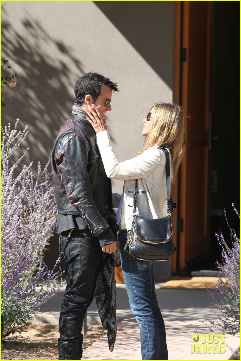 jennifer aniston flashes engagement ring with justin theroux 032734920
