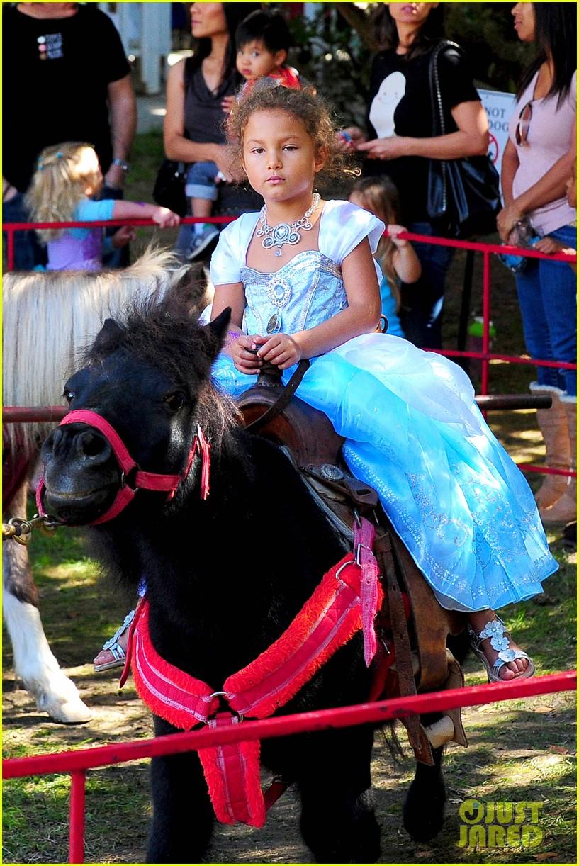gabriel aubry nahla pony ride 022738043