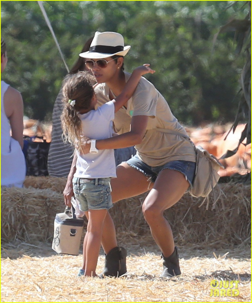halle berry gabriel aubry pumpkin patch with nahla 042731332