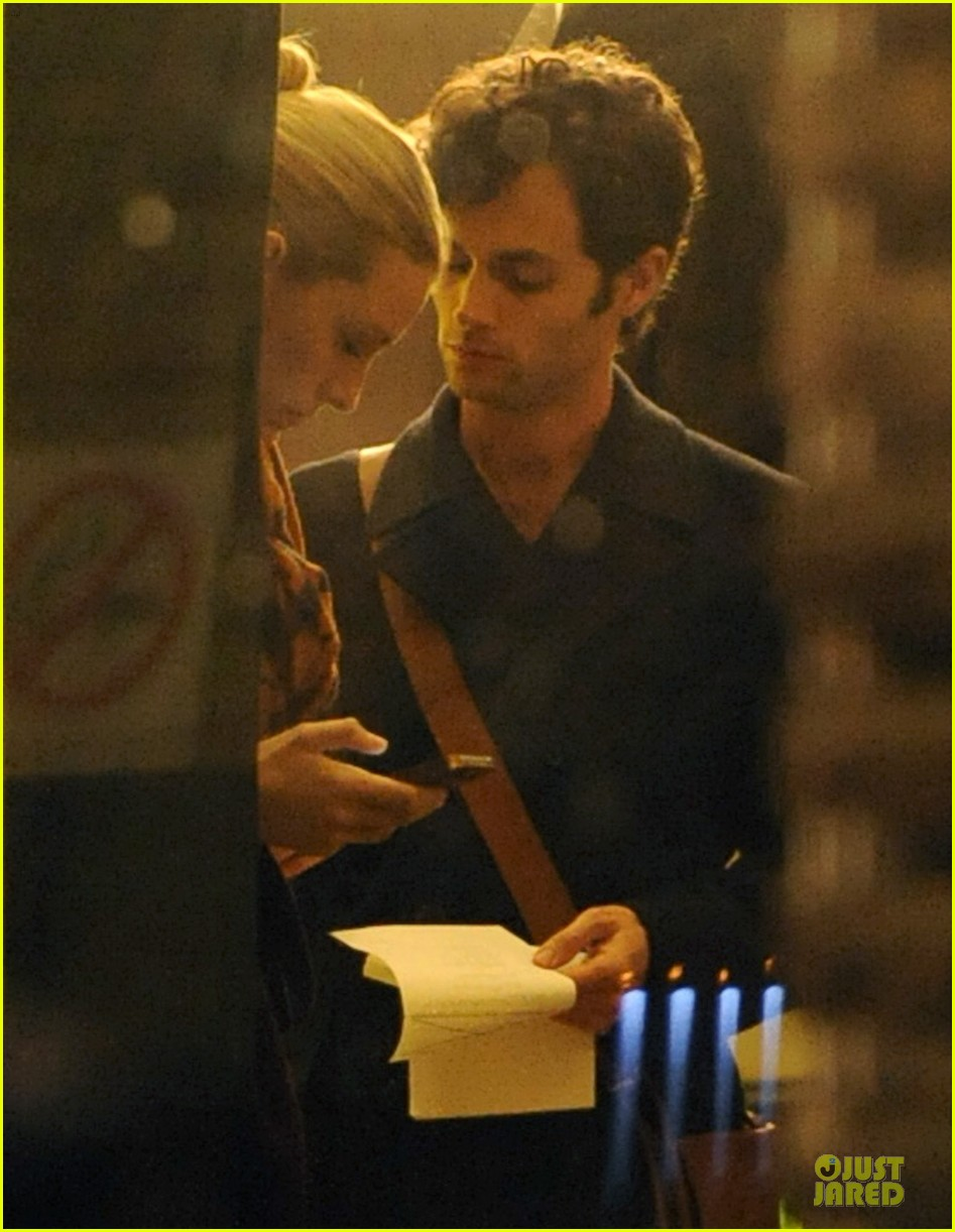 blake lively gossip girl set with penn badgley 02