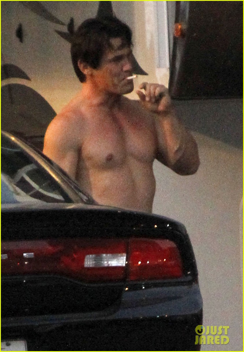 josh brolin shirtless on oldboy set 07