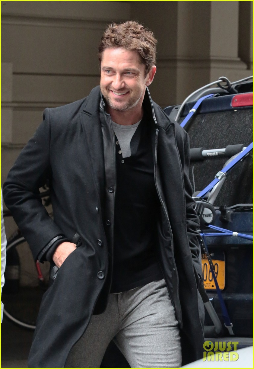 gerard butler good looks praised by jon stewart 042744233