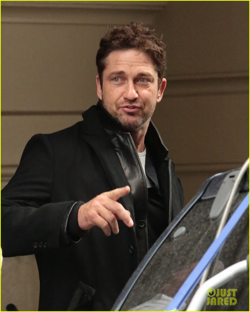 gerard butler good looks praised by jon stewart 072744236
