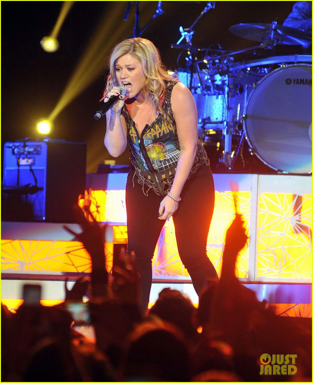 kelly clarkson on brandon blackstock were so getting married 102736140