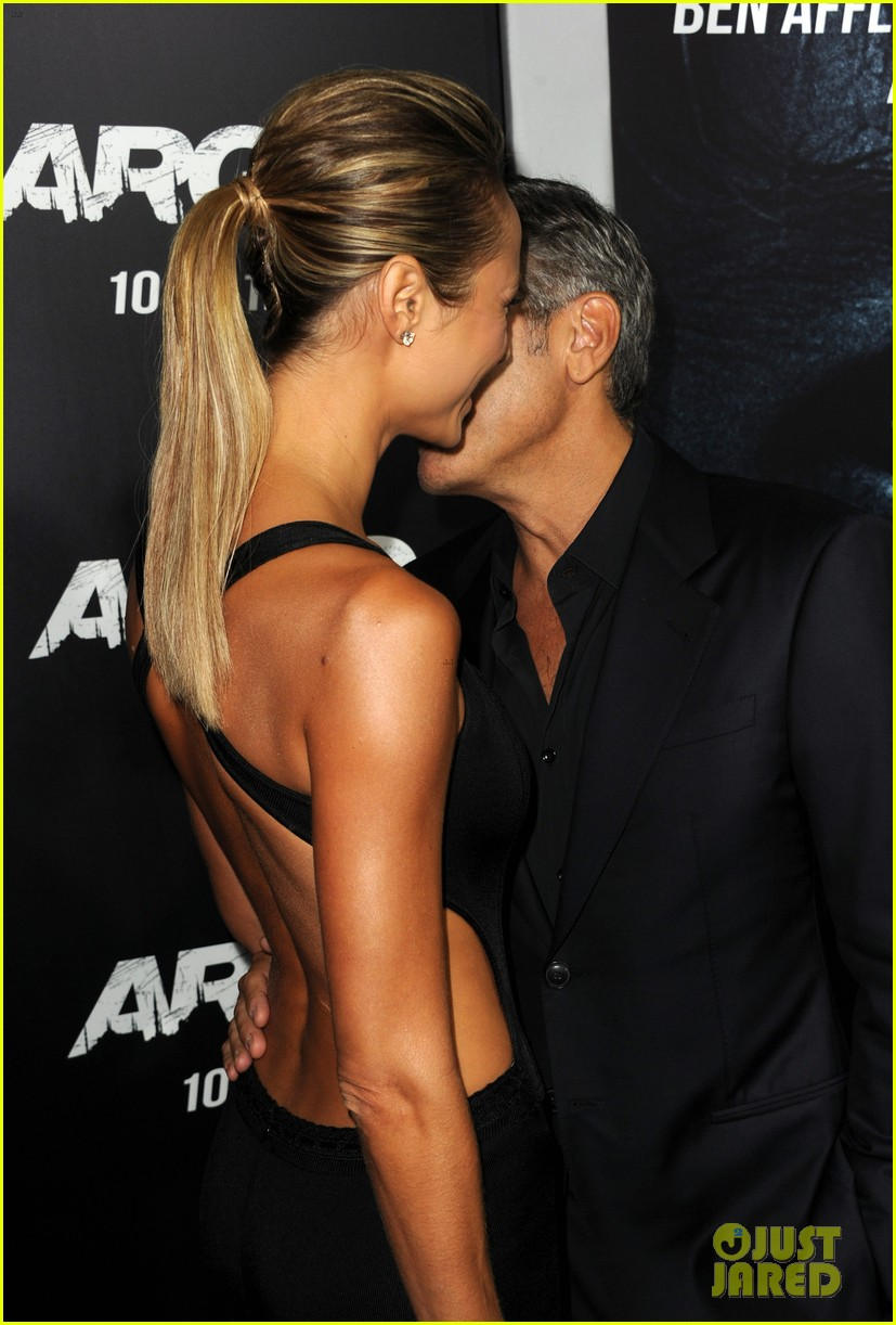george clooney argo premiere with stacy keibler 032733240