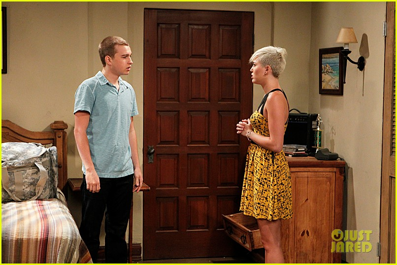 miley cyrus new two and a half men stills 01