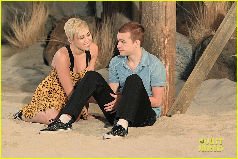 miley cyrus new two and a half men stills 032747212