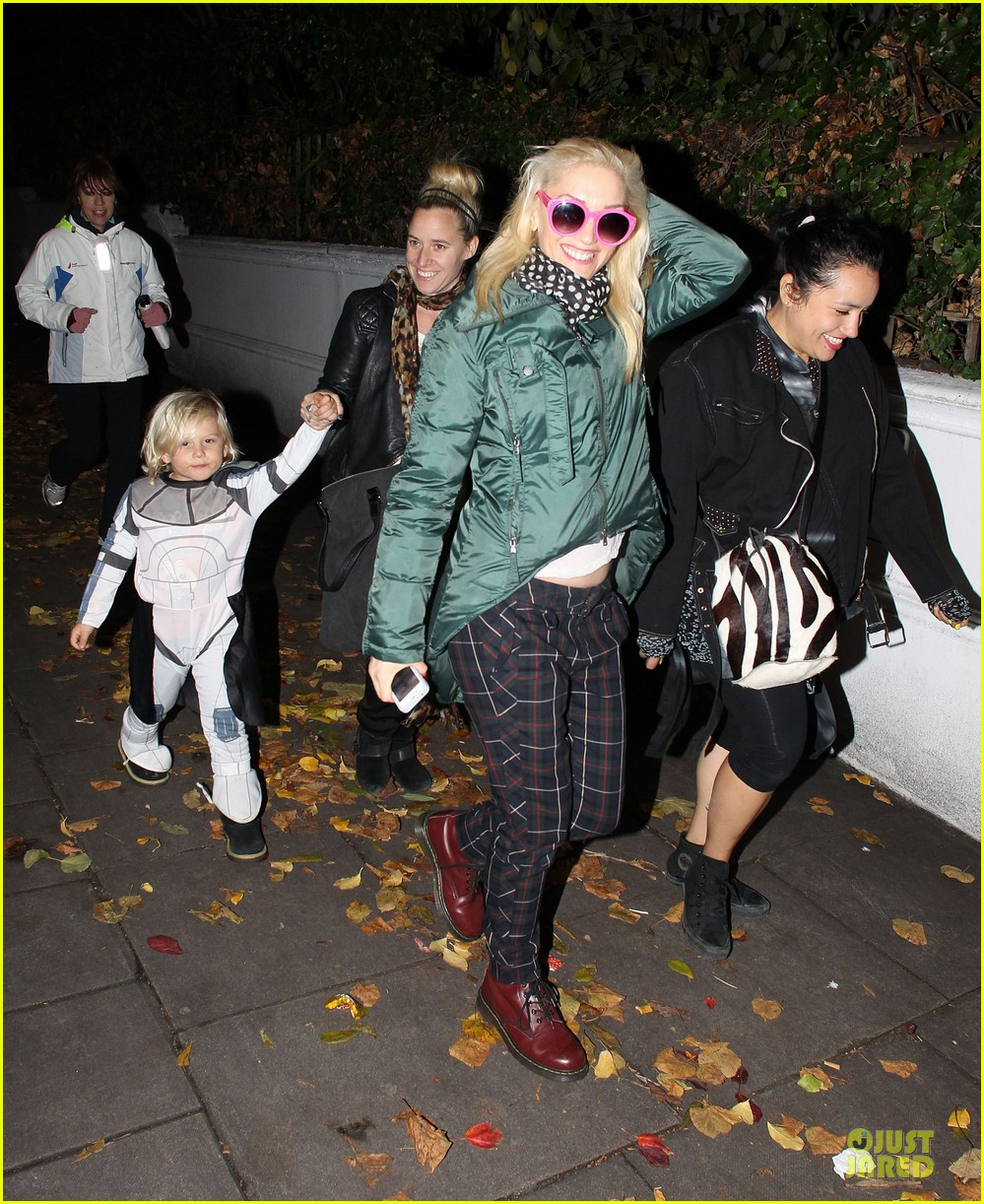 gwen stefani trick or threating with zuma 12749272