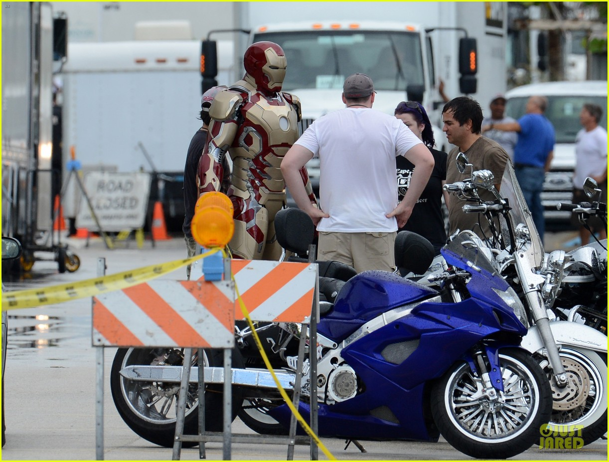 robert downey jr iron man set 012731926
