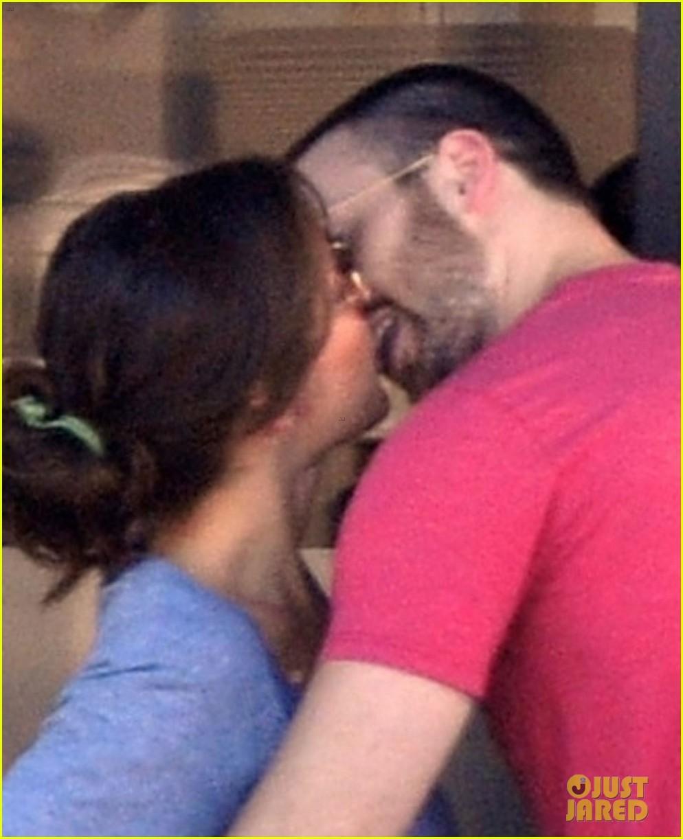 chris evans minka kelly kiss over tacos 022731830