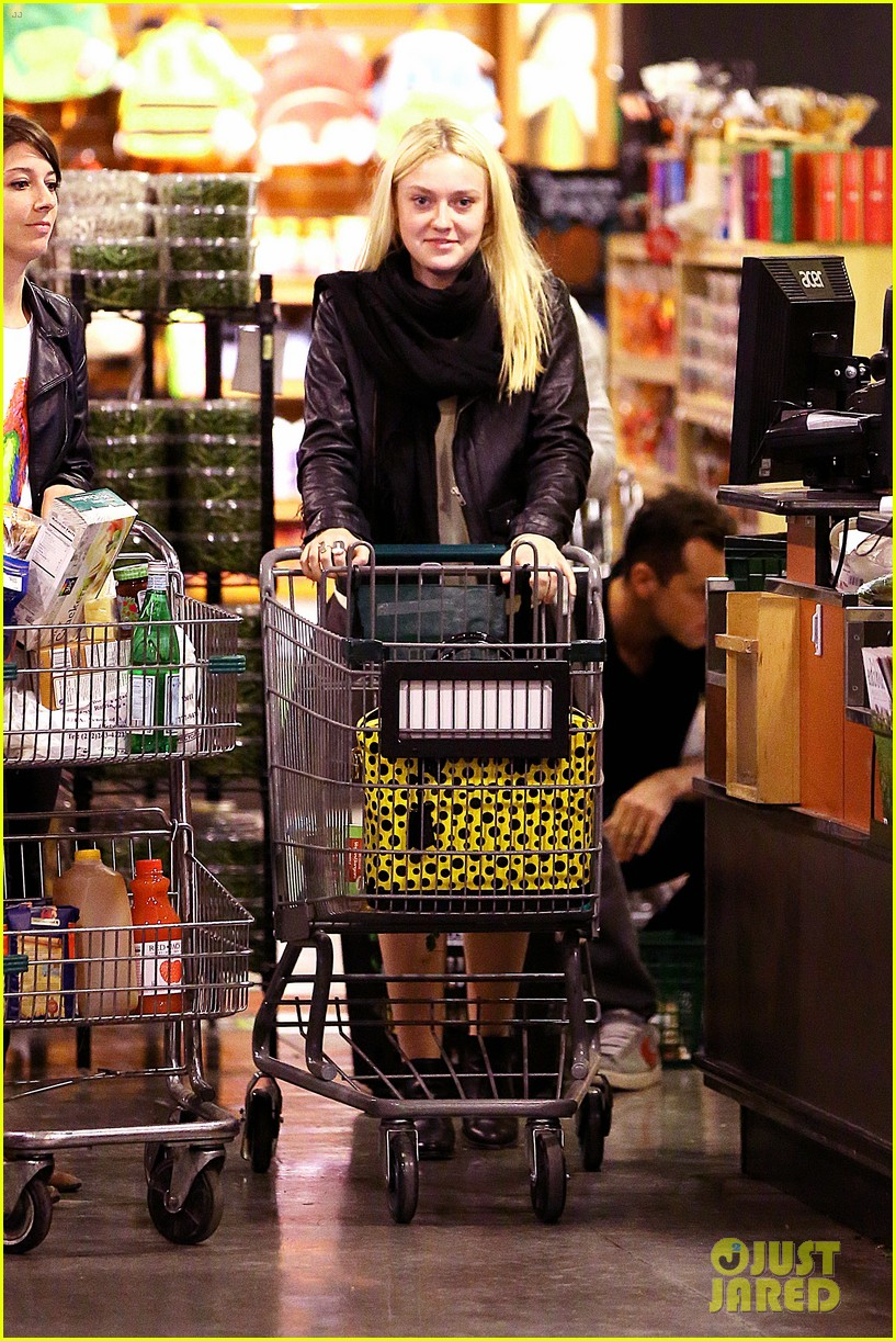 dakota fanning whole foods grocery shopper 042732321