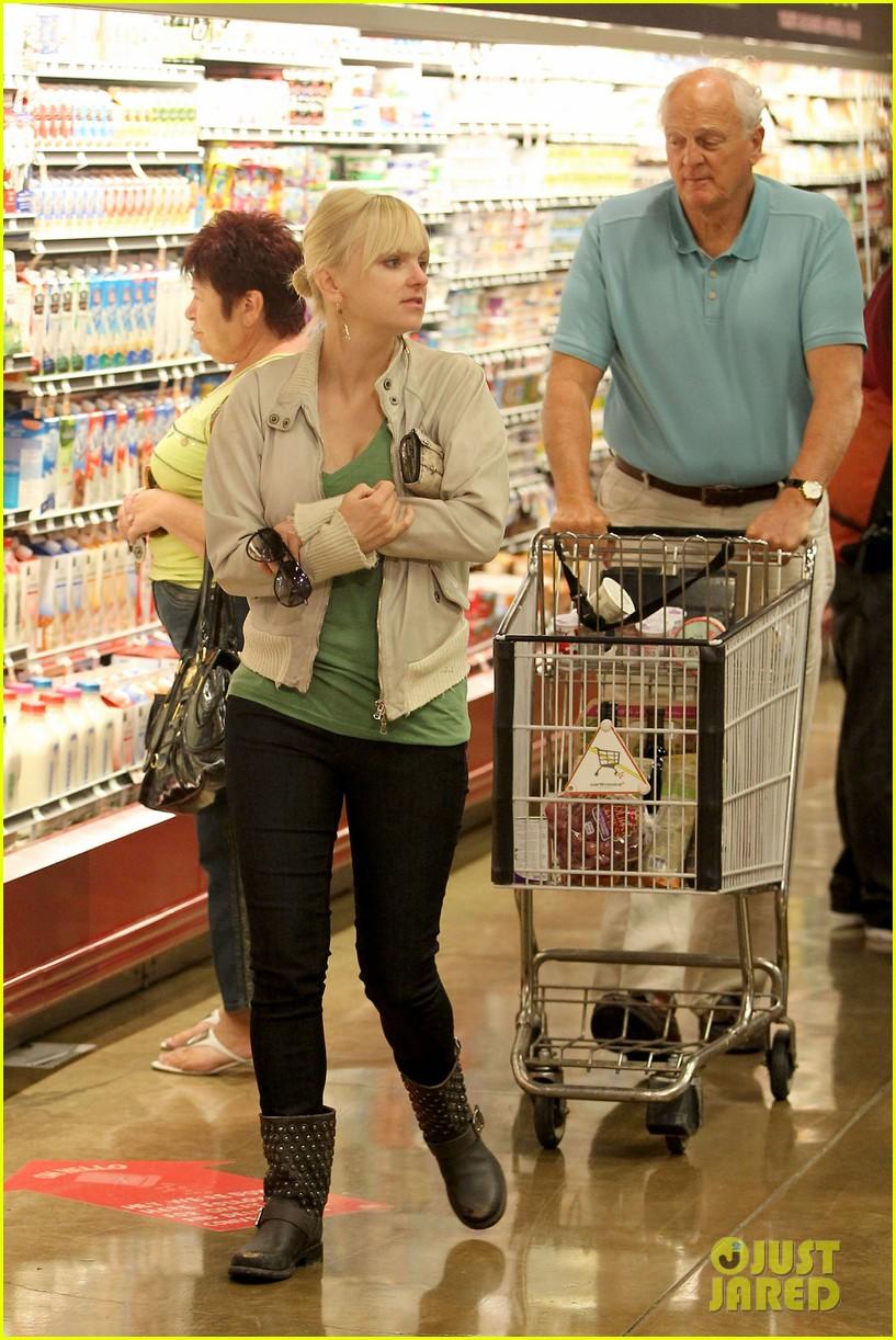 anna faris grocery shopping dad 022736033