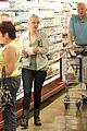 anna faris grocery shopping dad 05