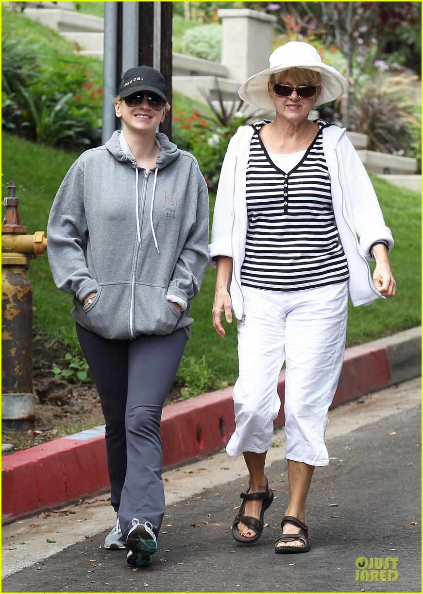 anna faris hollywood stroll with mother karen 012737252