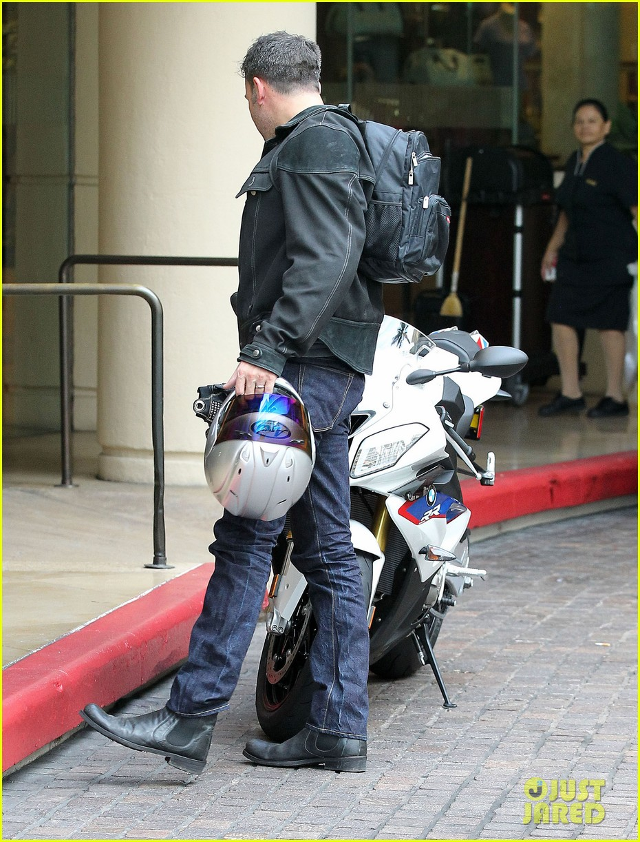 jennifer garner spends time with the girls ben affleck rides motorcycle 07