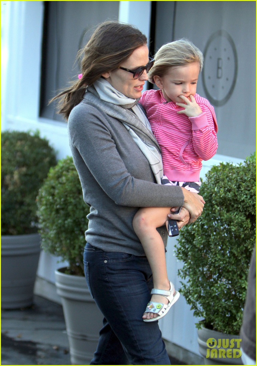 jennifer garner piggyback ride for seraphina 13