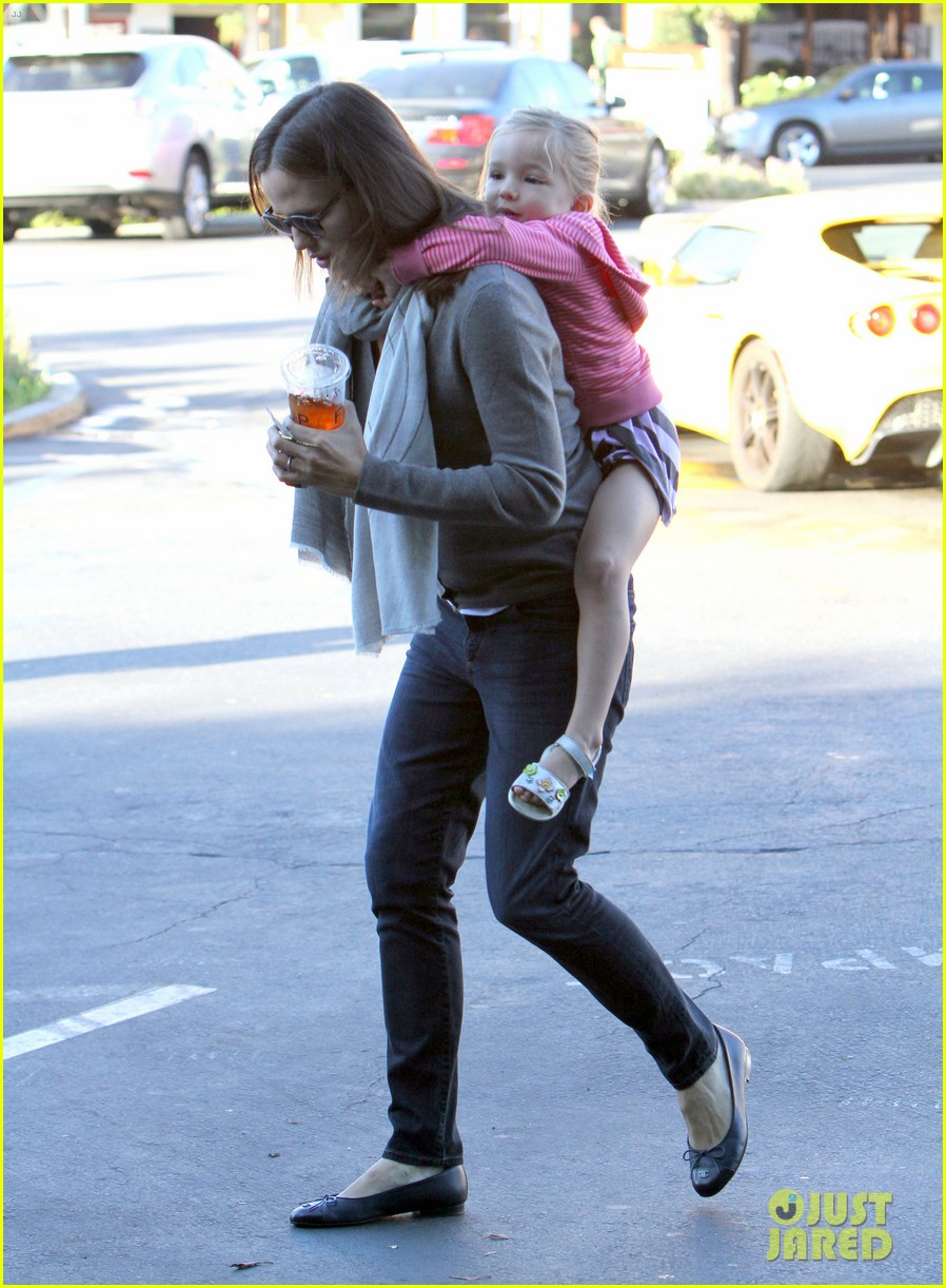 jennifer garner piggyback ride for seraphina 172744266