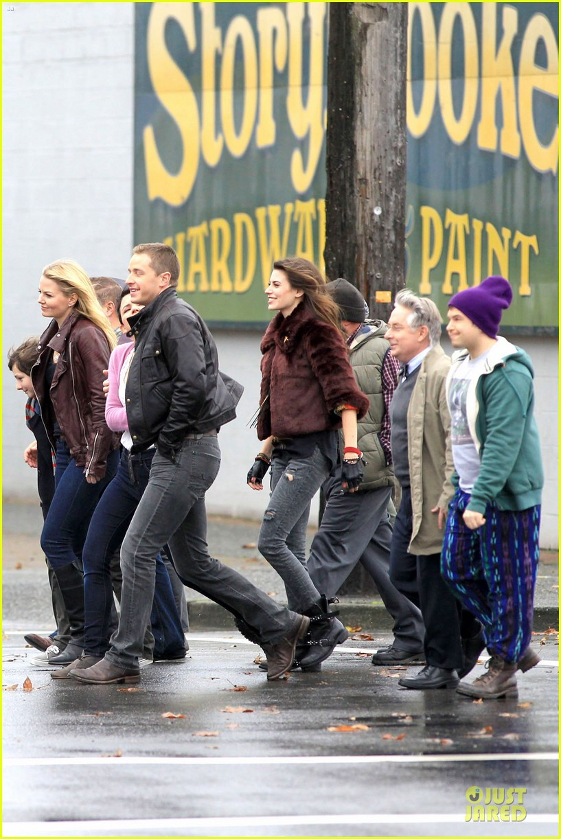 ginnifer goodwin josh dallas once upon a time set with jennifer morrison 052743909