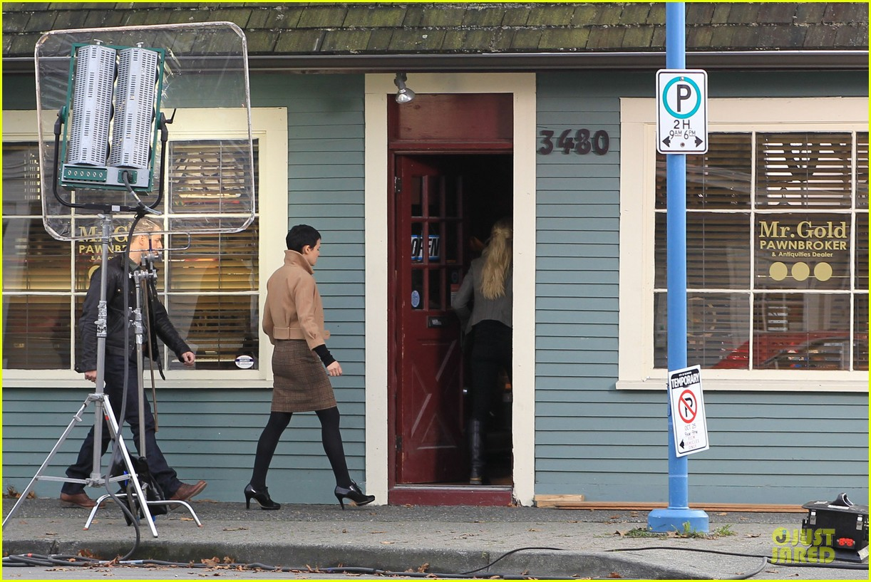 ginnifer goodwin josh dallas once upon a time pawn shop filming 132745990