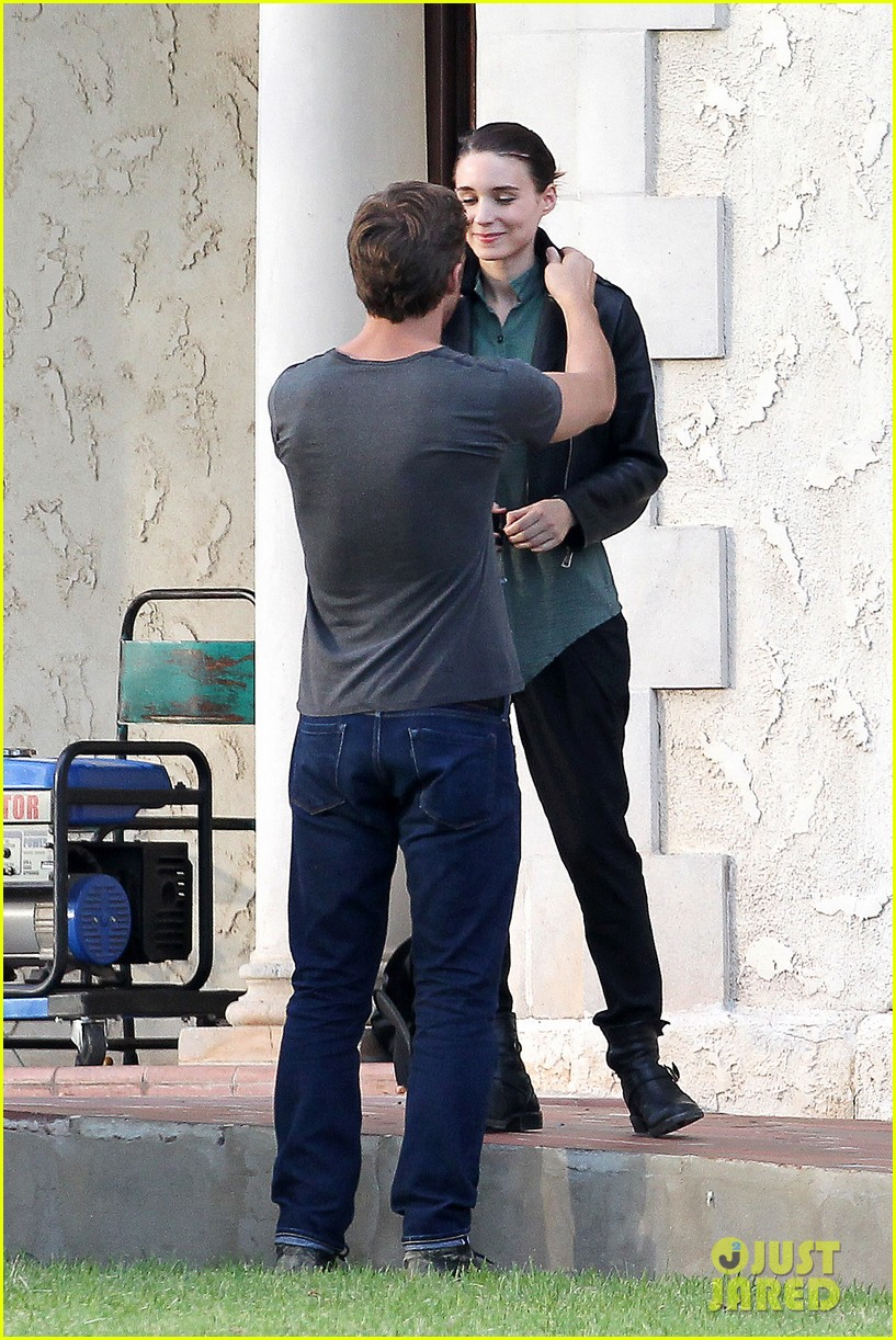 ryan gosling serenades rooney mara on malick set 02