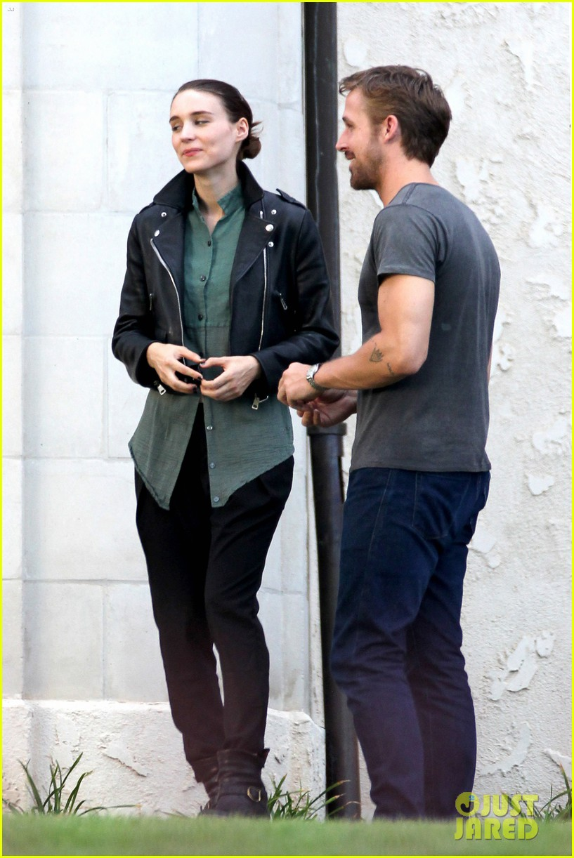 ryan gosling serenades rooney mara on malick set 09
