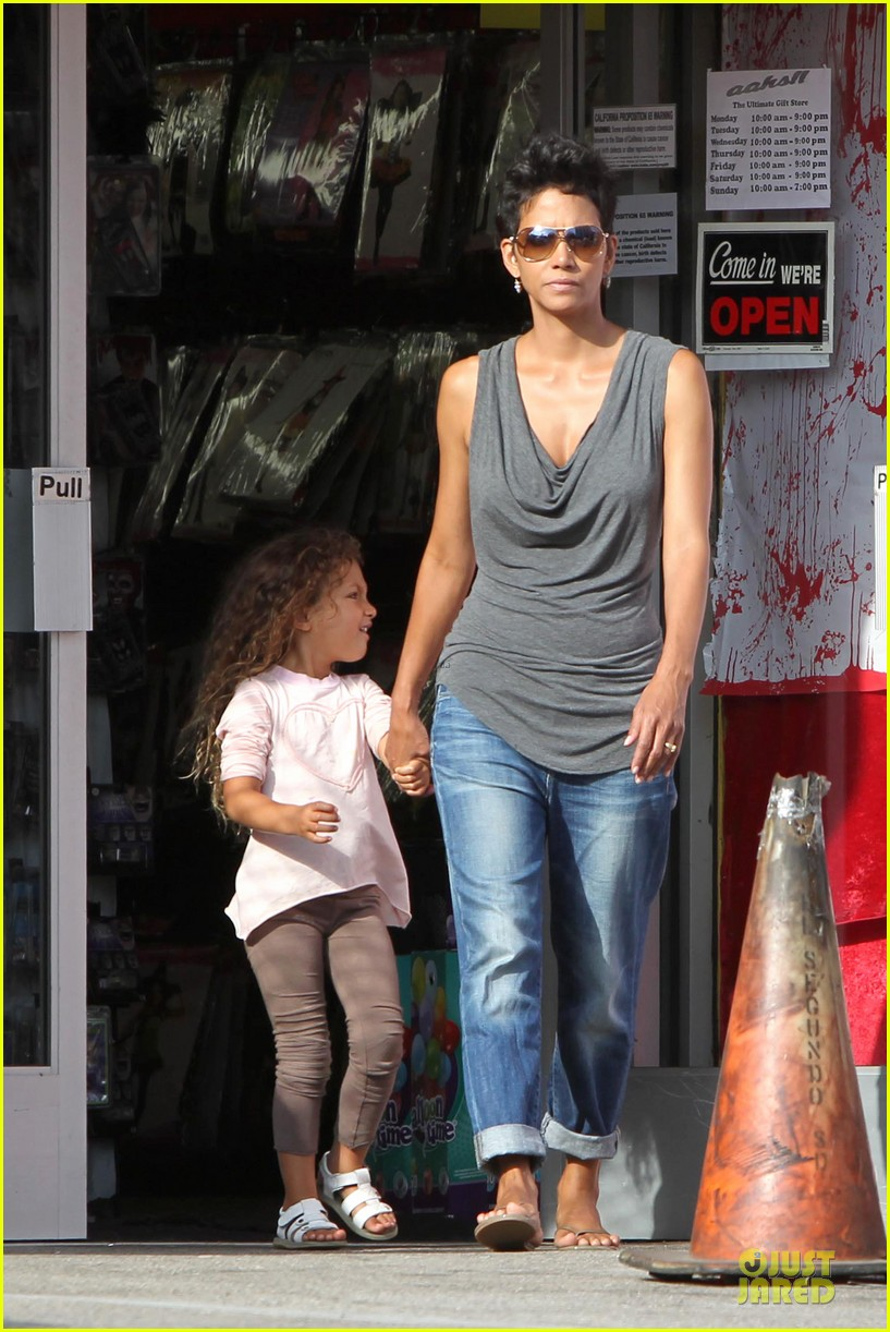 halle berry halloween shopping with nahla 012733906